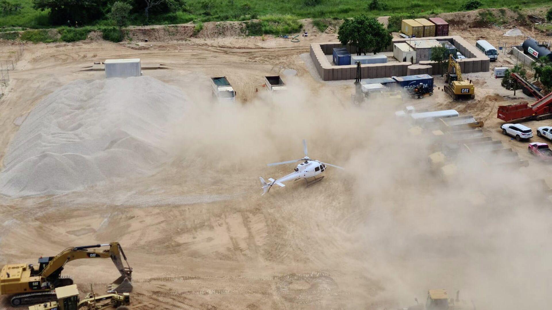 Вертолет Dyck Advisory Group приземляется в Пальме, Мозамбик - РИА Новости, 1920, 31.03.2021