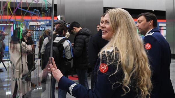 Сотрудница московского метро на станции Народное ополчение Большой кольцевой линии