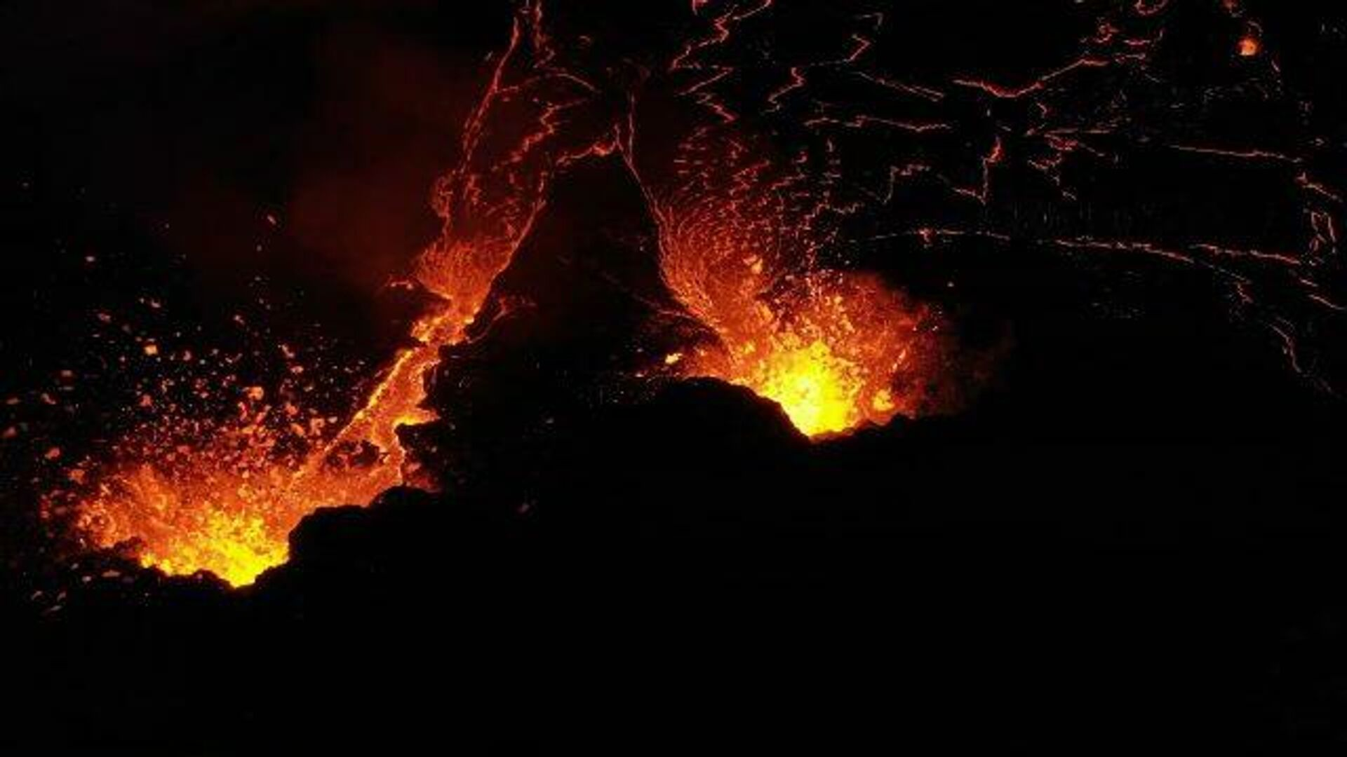 В районе извержения вулкана в Исландии появилась третья трещина с лавой