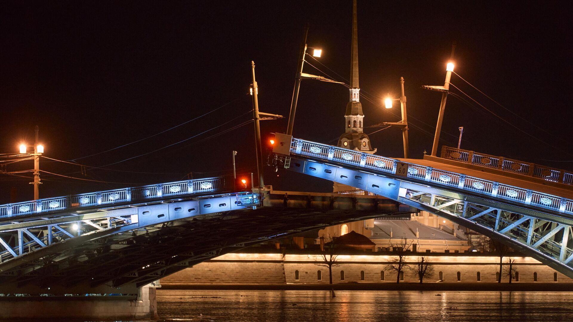 Пробная разводка Дворцового моста перед открытием летней навигации по реке Неве в Санкт-Петербурге - РИА Новости, 1920, 11.06.2021