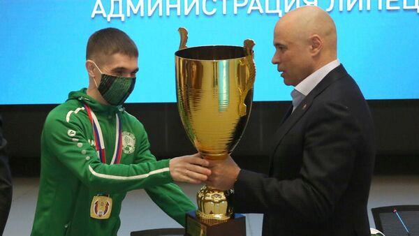 Глава Липецкой области Игорь Артамонов поздравляет команду липецкого мини-футбольного клуба ЛКС с победой в Высшей лиге первенства России