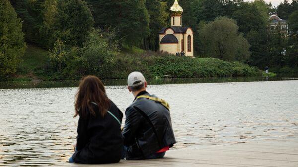 Молодые люди отдыхают в усадебном парке Суханово в Московской области