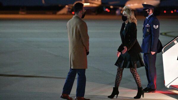 Первая леди США Джилл Байден сходит с трапа самолета после перелета из Калифорнии на базу ВВС Эндрюс в Мэриленде, США
