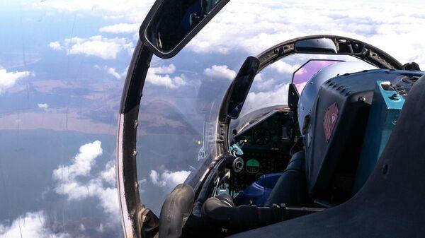 Пилот в кабине многоцелевого истребителя Су-27
