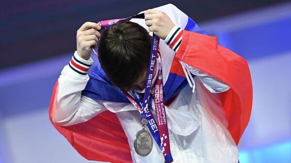 Кристина Соболь (Россия), завоевавшая серебряные медали в соревнованиях среди женщин в весовой категории 49 кг на чемпионате Европы по тяжелой атлетике, на церемонии награждения.