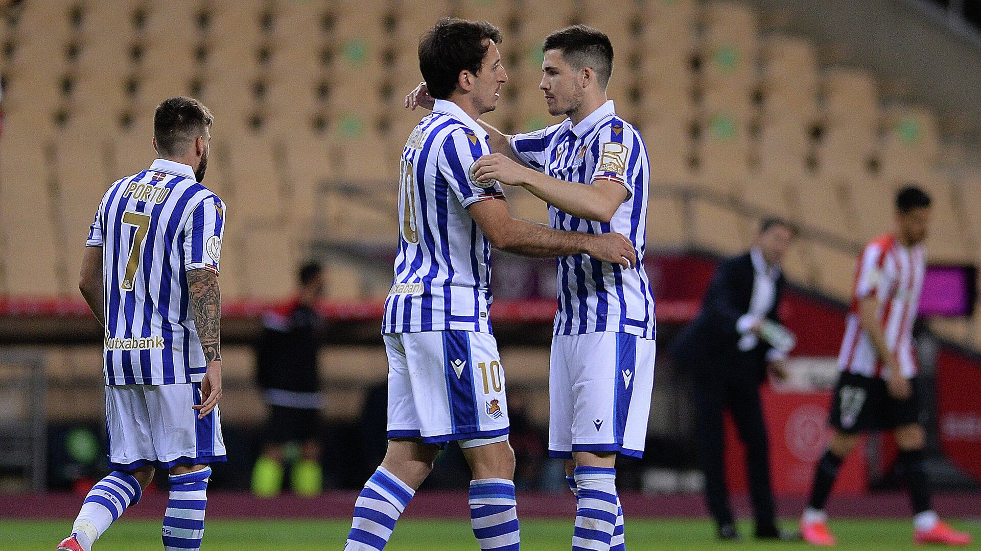 Real Sociedad's Spanish midfielder Mikel Oyarzabal (C) celebrates with Real Sociedad's Spanish midfielder Igor Zubeldia (R) after scoring a goal during the 2020 Spanish Copa del Rey (King's Cup) final football match between Athletic Bilbao and Real Sociedad at La Cartuja stadium in Sevilla on April 3, 2021. (Photo by CRISTINA QUICLER / AFP) - РИА Новости, 1920, 04.04.2021