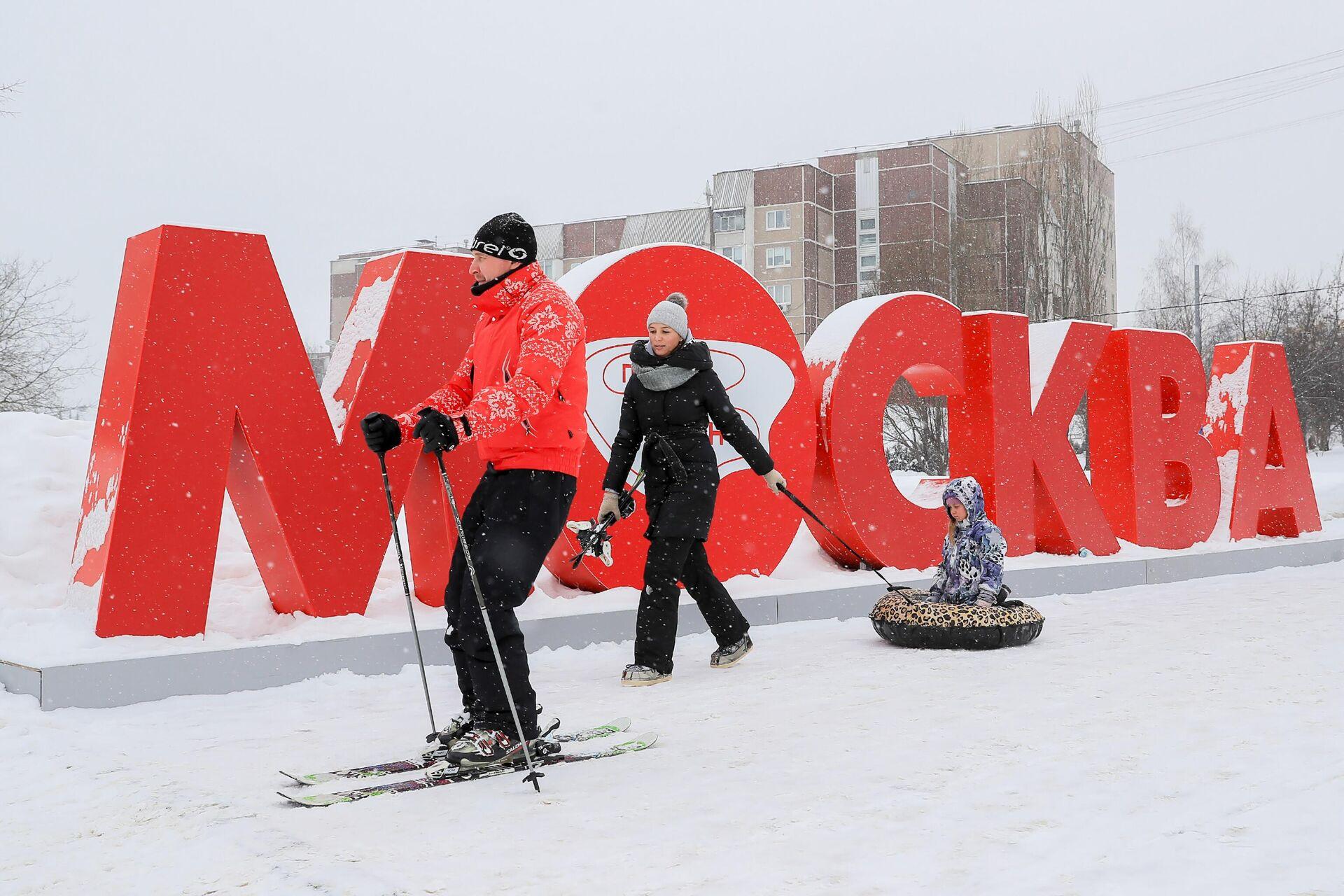 Семья во время прогулки в снежную погоду - РИА Новости, 1920, 05.04.2021