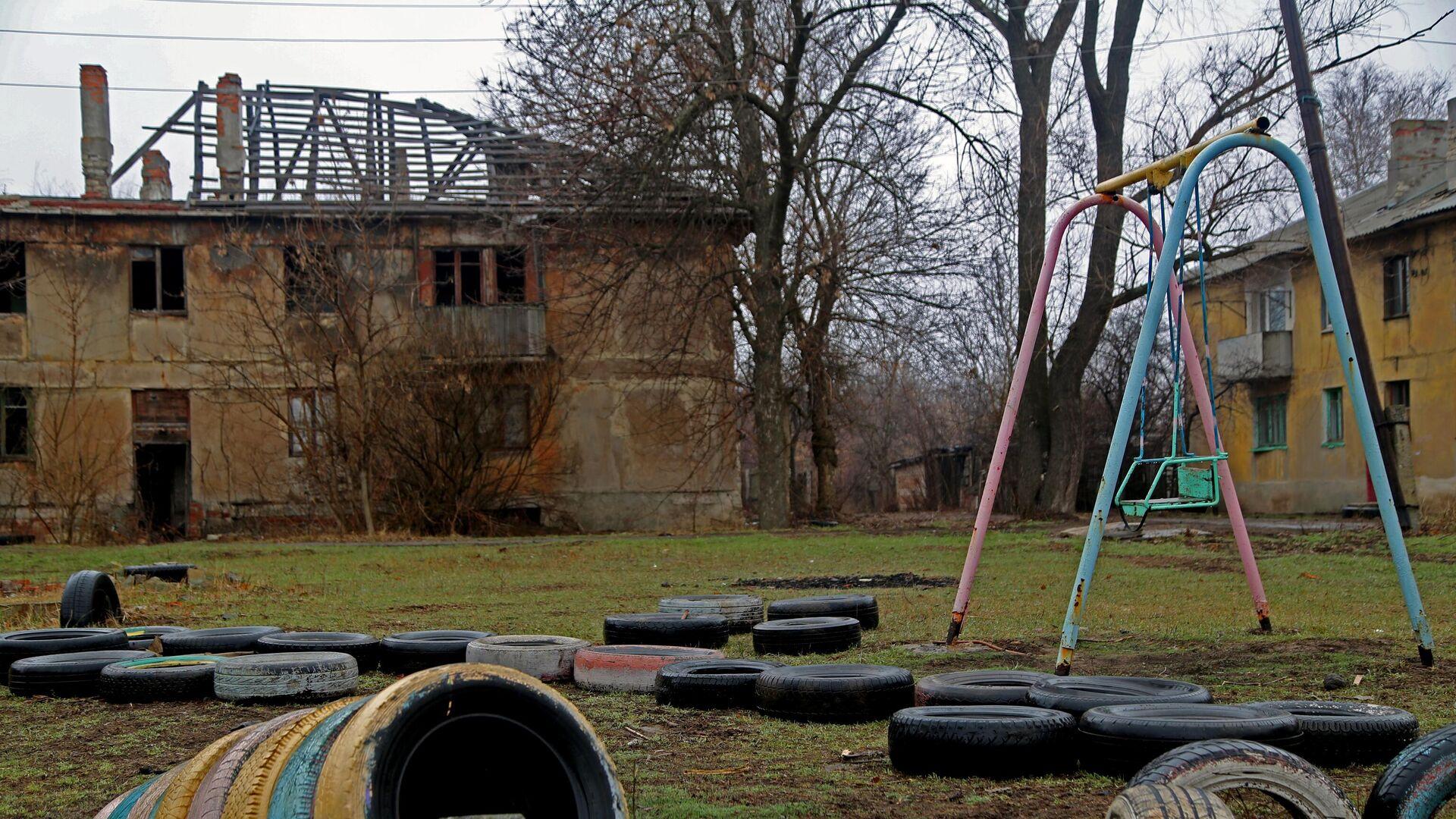 Один из домов поселка шахты Глубокая в Горловке, пострадавший из-за обстрелов - РИА Новости, 1920, 07.05.2021