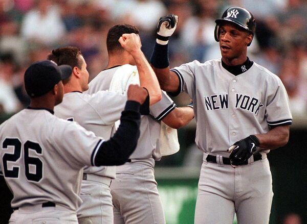 Бейсболист Нью-Йорк Янкиз Дэрил Строуберри (справа)