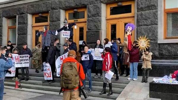 Митингующие пришли с пугалами к офису Зеленского