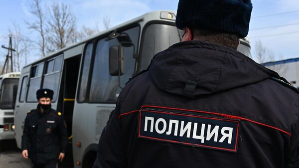 Сотрудники полиции у исправительной колонии № 2 в городе Покрове Владимирской области