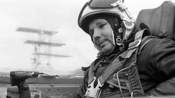 Летчик-космонавт Юрий Гагарин готовится к выполнению полетного задания в кабине реактивного истребителя