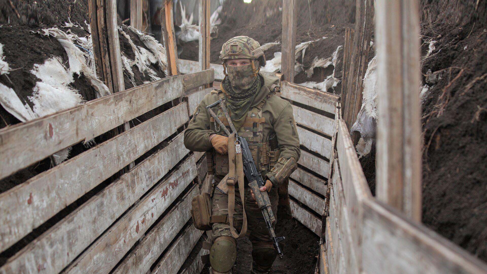 Украинский военнослужащий на боевых позициях на линии разделения в Донецкой области - РИА Новости, 1920, 08.04.2021
