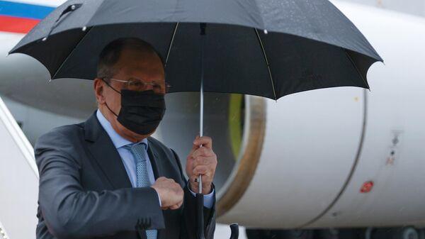 Министр иностранных дел РФ Сергей Лавров во время встречи в аэропорту Исламабада