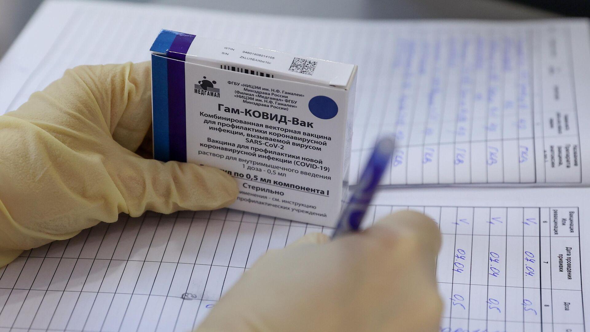 Медицинская сестра держит в руке упаковку с вакциной Гам-КОВИД-Вак (Спутник V)  - РИА Новости, 1920, 07.04.2021