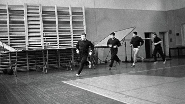 Лётчик-космонавт СССР Юрий Гагарин во время спортивной подготовки в спортзале Звёздного городка