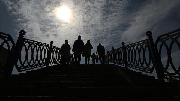 Люди на Садовническом мосту Водоотводного канала Москвы