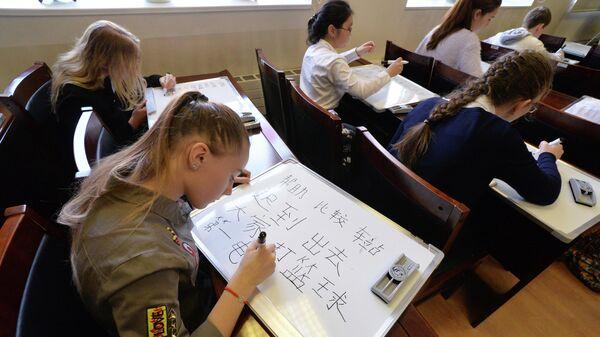 Школьники во время диктанта по китайскому языку