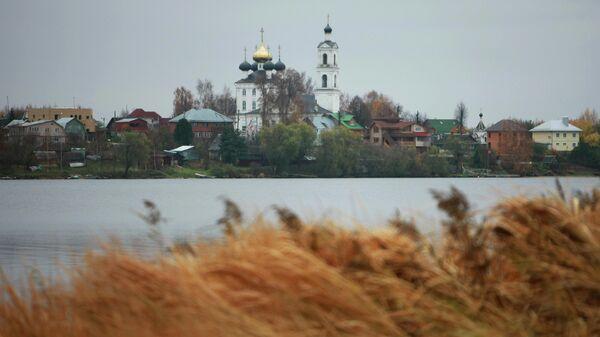 Вид на Крестовоздвиженскую церковь и село Свердлово.Тверская область