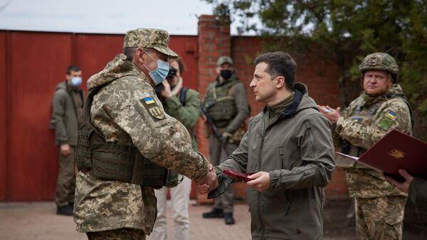 Президент Украины Владимир Зеленский во время посещения позиций украинских войск в Донбассе