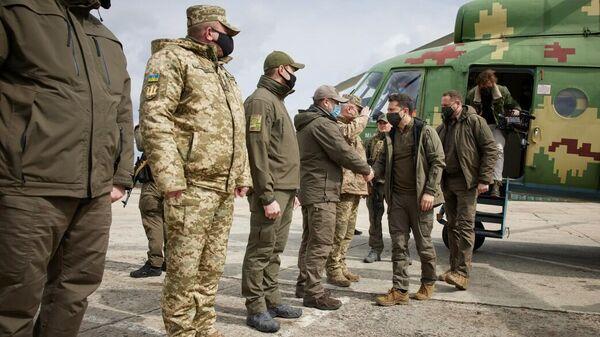 Зеленский посетил позиции украинских войск в Донбассе