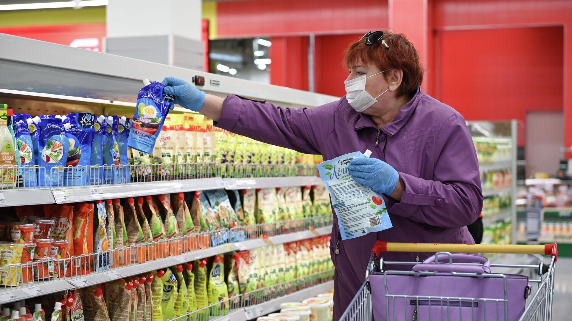 Женщина в защитной маске покупает майонез в супермаркете  - РИА Новости, 1920, 25.07.2021