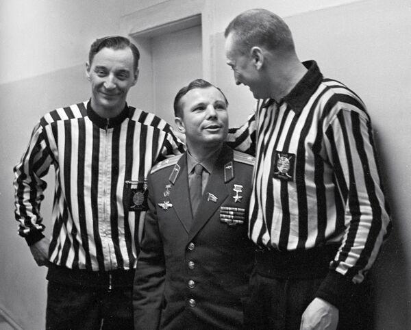 Юрий Гагарин (по центру)