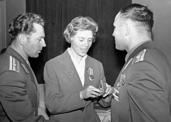 Космонавты Герман Титов (слева) и Юрий Гагарин (справа) и гимнастка Лариса Латынина (в центре)