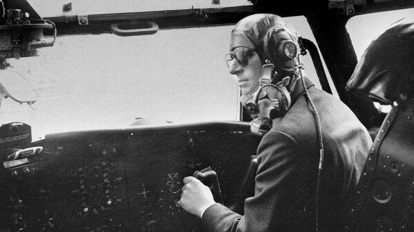 Герцог Эдинбургский управляет военно-транспортным самолетом Блэкберн