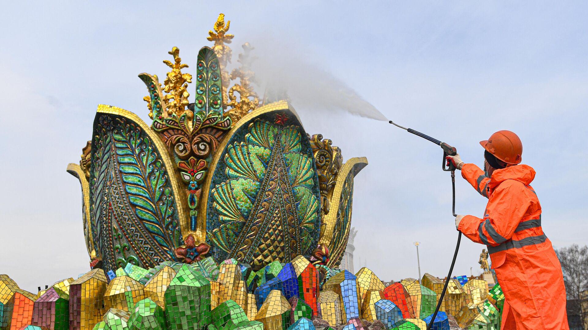 Монумент Покорителям космоса и фонтаны помыли после зимы на ВДНХ - РИА Новости, 1920, 12.04.2021