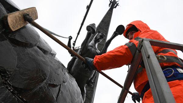 Помывка монумента Победы на Поклонной горе