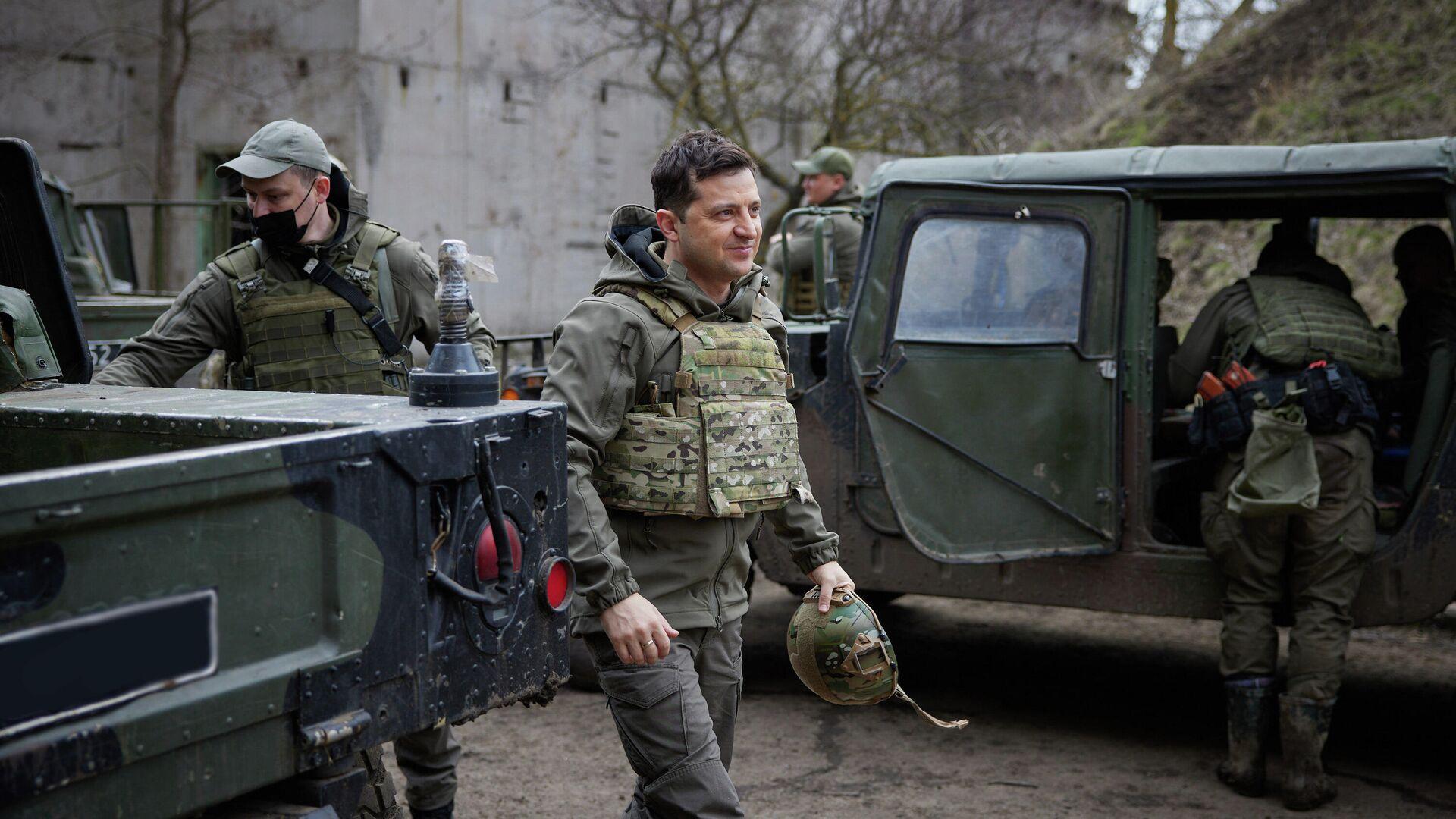 Президент Украины Владимир Зеленский во время посещения позиций украинских войск в Донбассе - РИА Новости, 1920, 16.04.2021