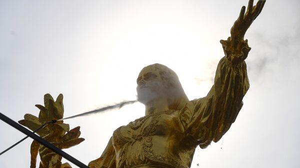 Монумент Покорителям космоса и фонтаны помыли после зимы на ВДНХ