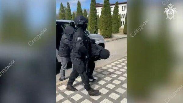 Следователи задержали подозреваемых в экстремистской деятельности жителей Ставрополья. Кадры СК РФ