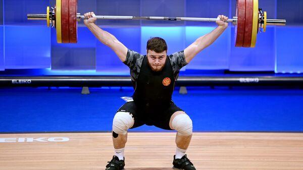 Артур Бабаян (Россия) выступает на чемпионате Европы по тяжелой атлетике в весовой категории до 96 кг среди мужчин в Москве.
