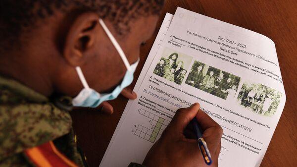 Иностранный курсант специального факультета Новосибирского высшего военного командного училища (НВВКУ) во время написания теста TruD в рамках ежегодной акции по проверке грамотности Тотальный диктант-2021 в Новосибирске