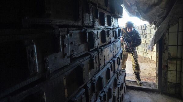 Украинский военнослужащий на линии разделения близ города Донецк