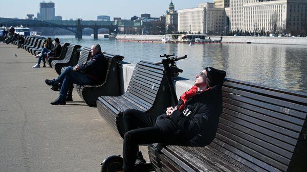Отдыхающие в Парке Культуры в Москве