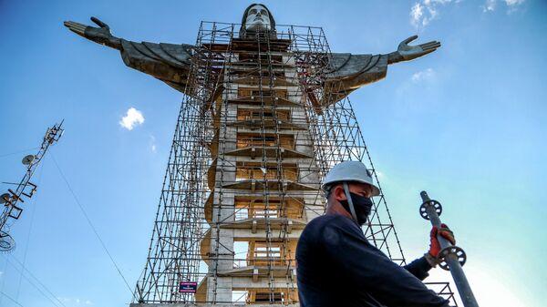 Новая статуя Христа-Искупителя в городе Энкантадо, Бразилия
