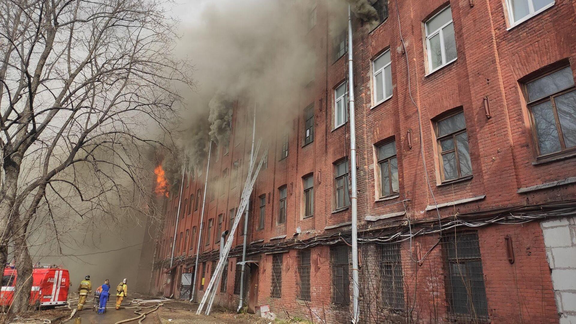 Из горящего здания фабрики в Петербурге вывели пожарных