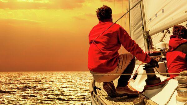Люди на лодке в море