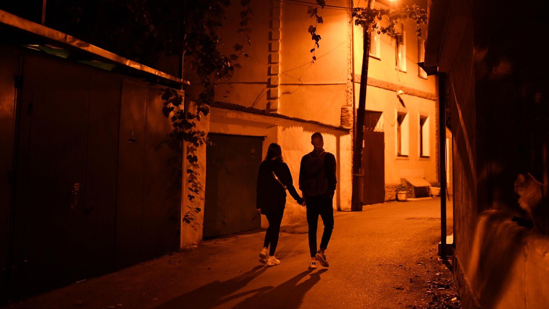 Молодые люди во время прогулки по ночной улице - РИА Новости, 1920, 13.04.2021