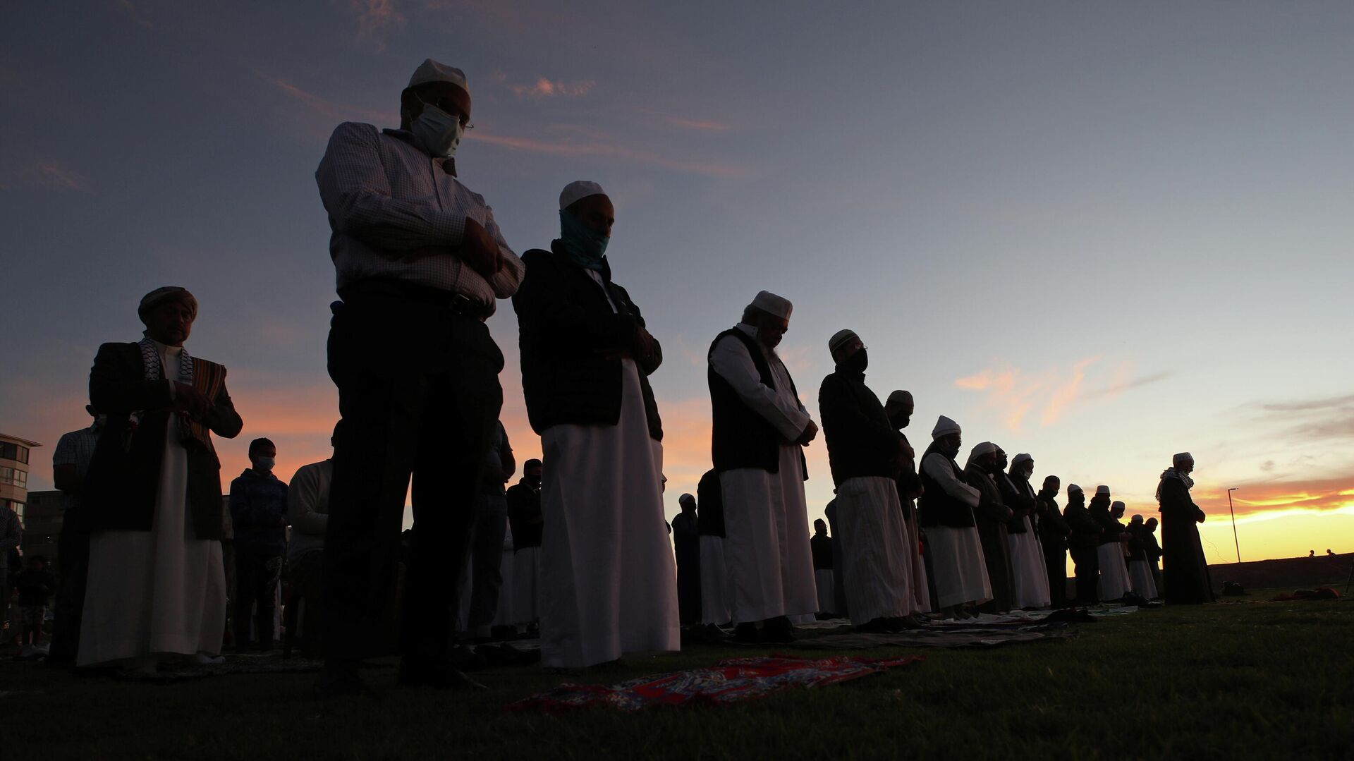 Мусульмане молятся на набережной Си-Пойнт в Кейптауне, Южная Африка. 12 апреля 2021 года - РИА Новости, 1920, 08.05.2021
