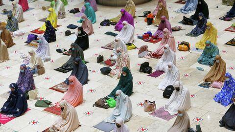 Мусульманские женщины молятся в преддверии священного месяца Рамадан в мечети Истикляль в Джакарте, Индонезия. 12 апреля 2021 года