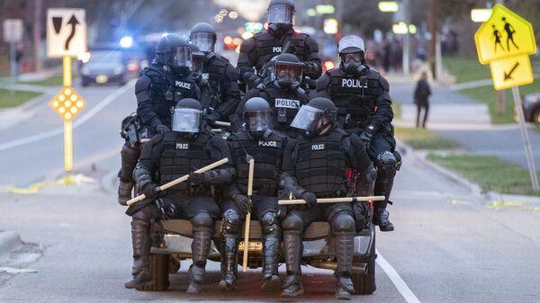 Полицейские во время акций протеста после убийства Данте Райта в центре города Бруклин-Сентер в штате Миннесота, США