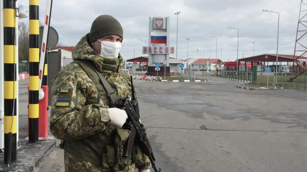 Украинский пограничник на КПП Гоптовка на границе России и Украины