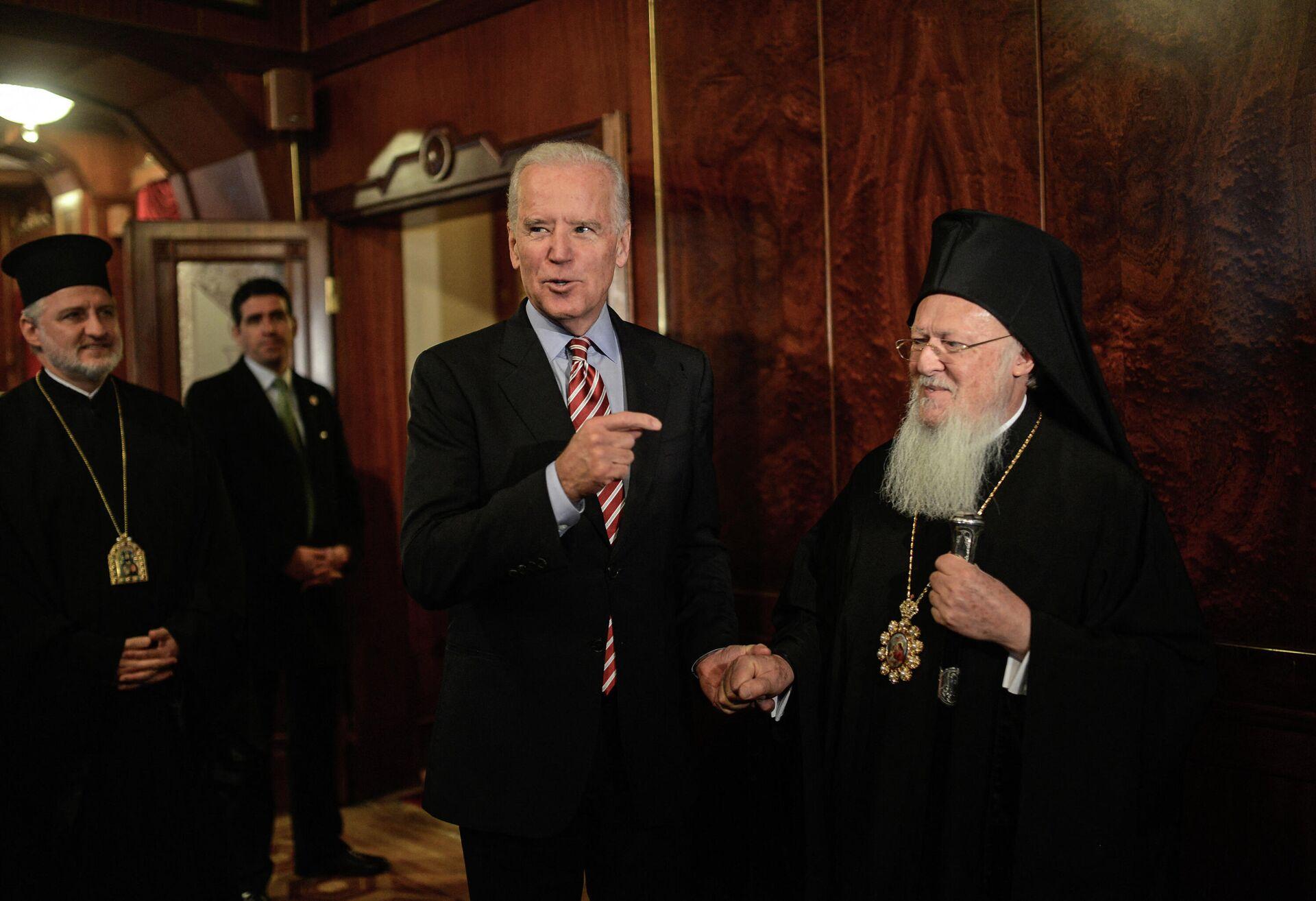 Вице-президент США Джо Байден и православный патриарх Варфоломей I во время встречи в Стамбуле - РИА Новости, 1920, 13.04.2021