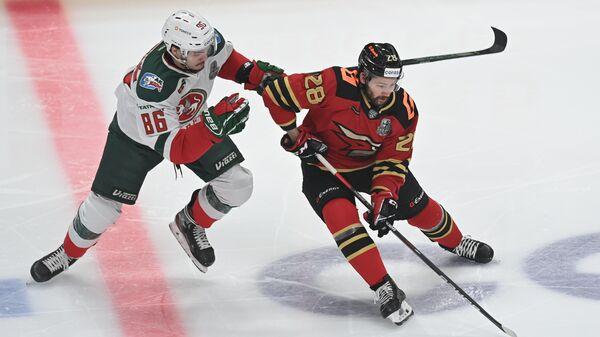Слева направо: игрок хоккеист Ак Барса Никита Дыняк и хоккеист Авангарда Сергей Толчинский