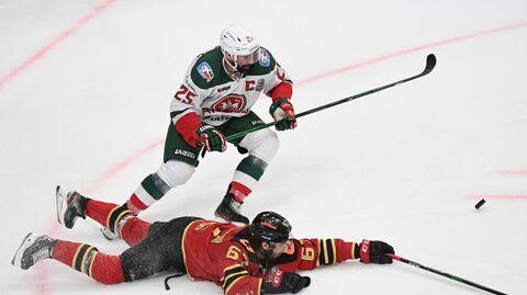 Хоккеист Ак Барса Данис Зарипов и хоккеист Авангарда Оливер Каски