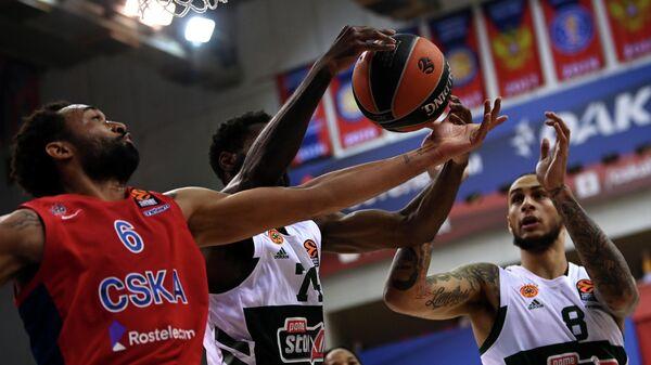 Баскетболист ЦСКА Дэрран Хиллиард и баскетболисты Панатинаикоса Ховард Сент-Рос и Зак Огюст (слева направо)